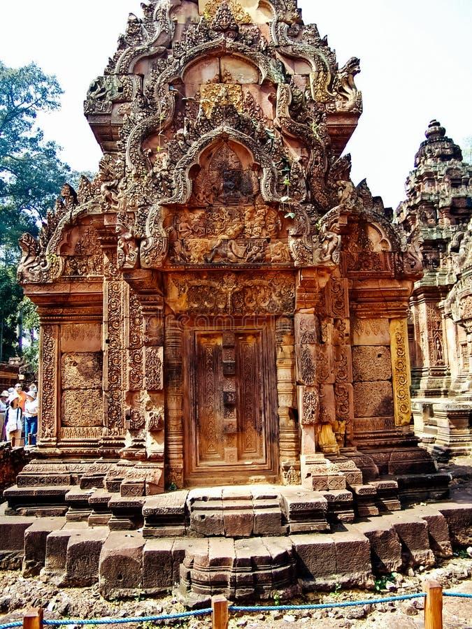 Angkor Wat - härliga carvings, baslättnader av den Banteay Srei templet arkivfoton