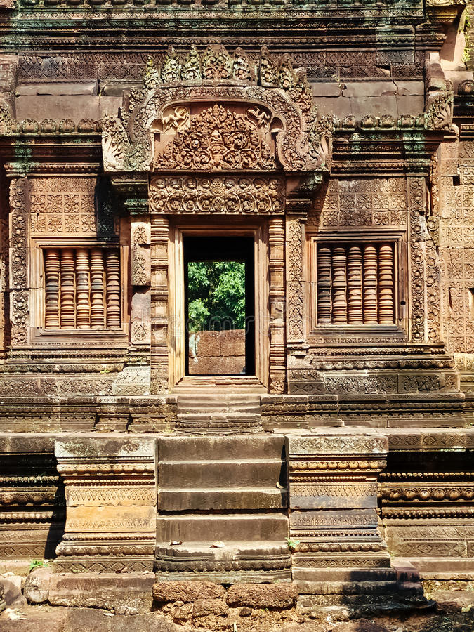Angkor Wat - härliga carvings, baslättnader av den Banteay Srei templet royaltyfri bild