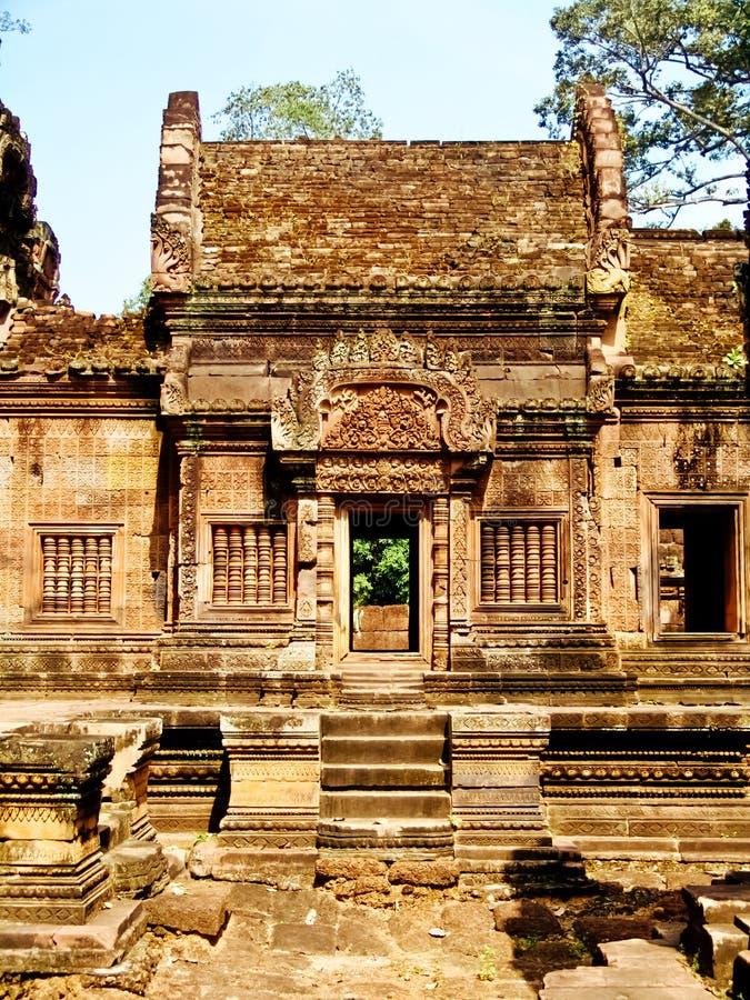 Angkor Wat - härliga carvings, baslättnader av den Banteay Srei templet arkivfoto