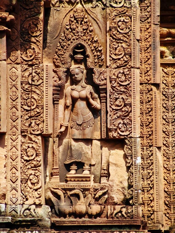 Angkor Wat - härliga carvings, baslättnader av den Banteay Srei templet fotografering för bildbyråer
