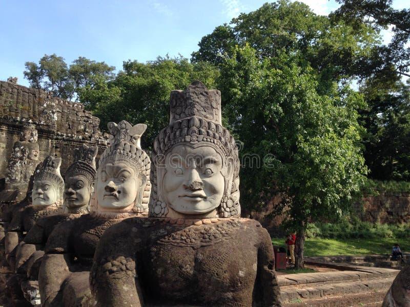 Angkor Wat hace frente Estatuas de dioses, ciudad antigua asiática, vieja religión del khmer imagen de archivo