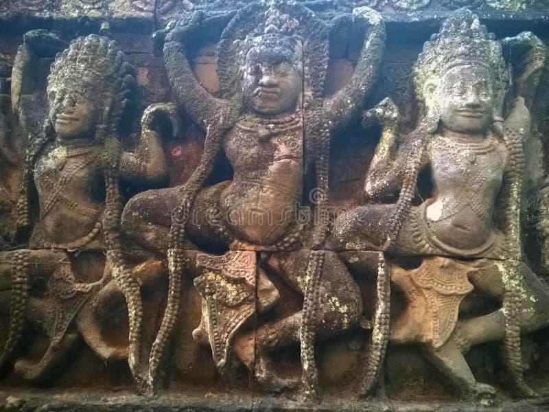 Angkor Wat i Siem Reap, Cambodia Apsara dansare som snidas på på fasaden av terrassen av spetälskkonungen snida väggen arkivbild