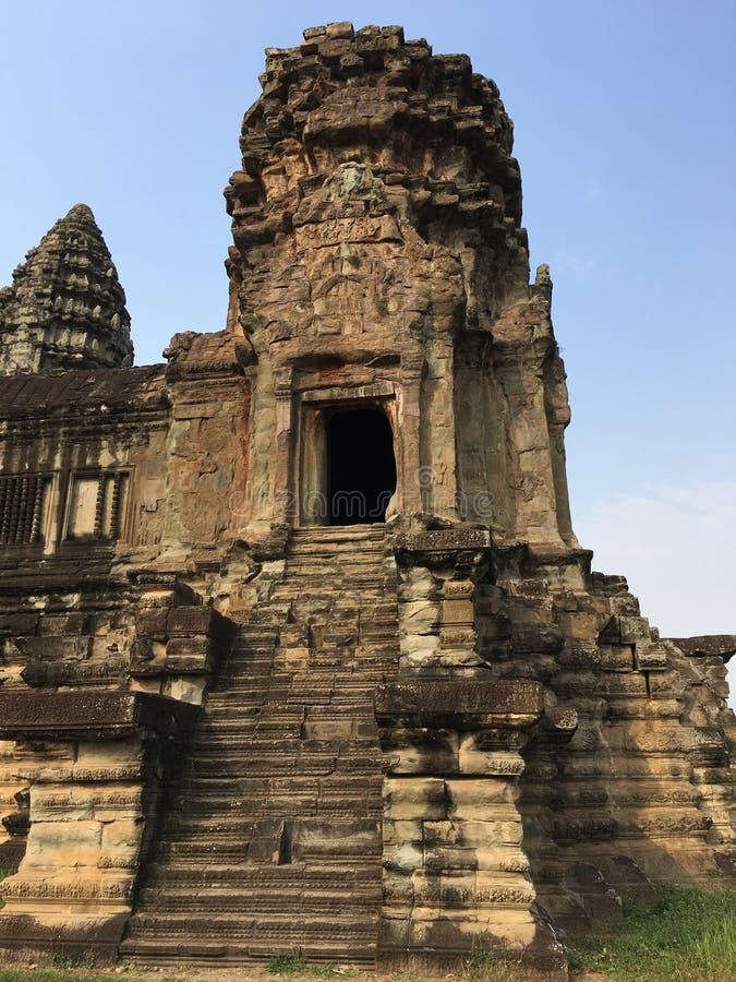 Angkor Wat i Siem Reap, Cambodia Den forntida en khmerstentemplet fördärvar i djungelskog royaltyfria bilder
