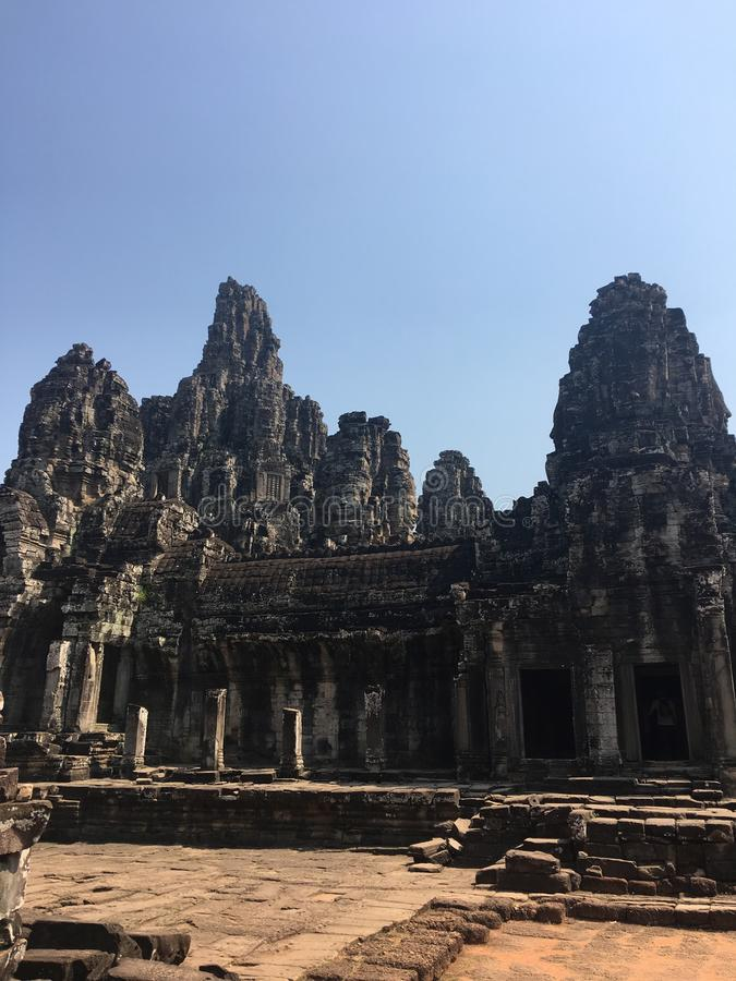 Angkor Wat i Siem Reap, Cambodia Forntida fördärvar av templet för den Bayon en khmerstenen royaltyfri foto