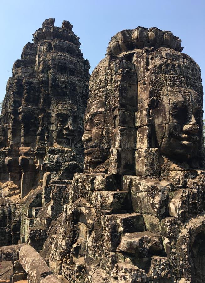 Angkor Wat i Siem Reap, Cambodia Stenframsidor som snidas i det forntida, fördärvar av den Bayon en khmertemplet royaltyfri foto