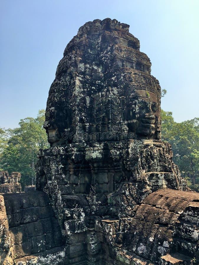 Angkor Wat i Siem Reap, Cambodia Stenframsidor som snidas i det forntida, fördärvar av den Bayon en khmertemplet royaltyfria foton