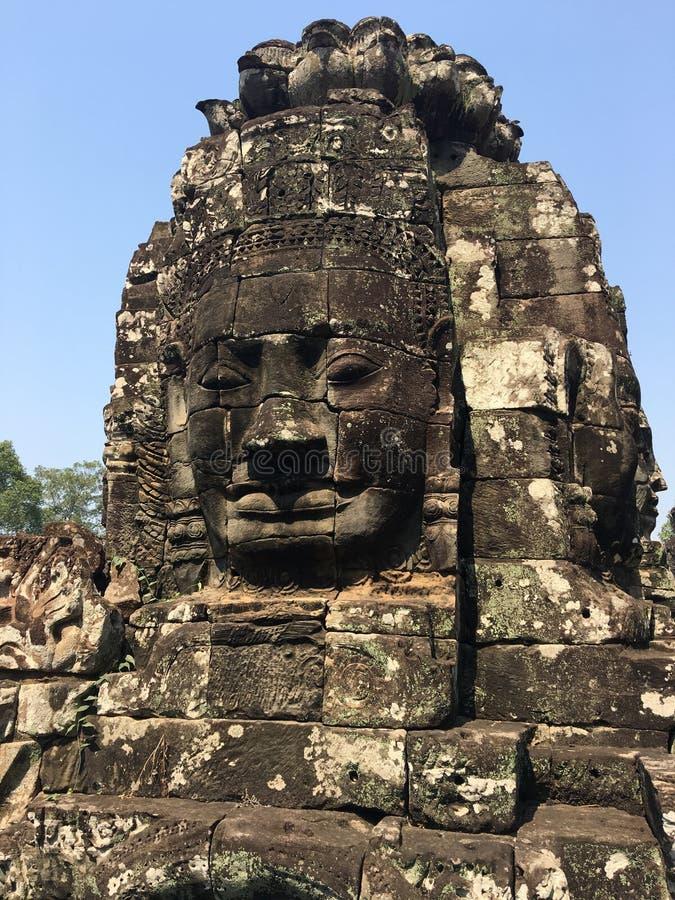 Angkor Wat i Siem Reap, Cambodia Stenframsidor som snidas i det forntida, fördärvar av den Bayon en khmertemplet royaltyfri fotografi
