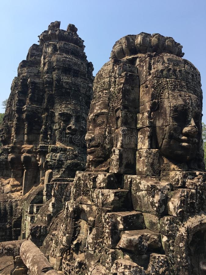 Angkor Wat i Siem Reap, Cambodia Stenframsidor som snidas i det forntida, fördärvar av den Bayon en khmertemplet royaltyfri bild