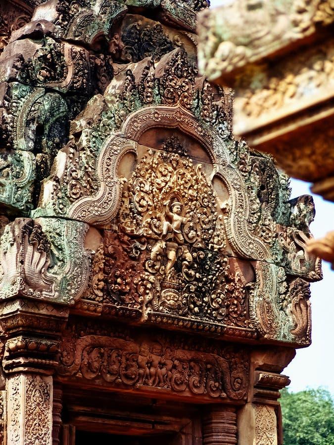 Angkor Wat - schöne Carvings, Flachreliefs von Tempel Banteay Srei stockbilder