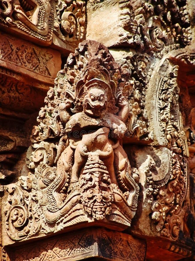Angkor Wat - schöne Carvings, Flachreliefs von Tempel Banteay Srei lizenzfreie stockfotografie