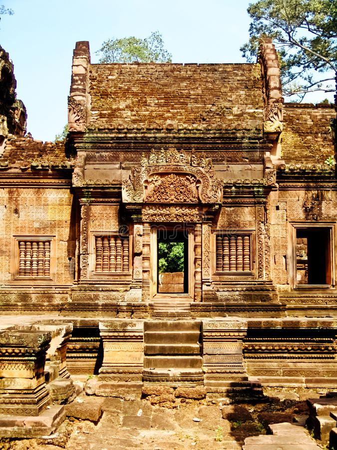 Angkor Wat - schöne Carvings, Flachreliefs von Tempel Banteay Srei stockfoto