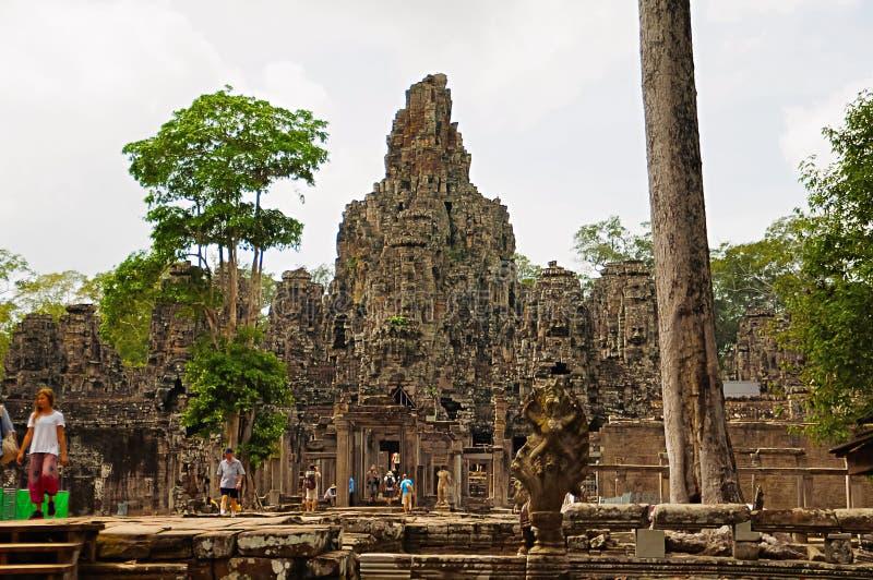 ANGKOR WAT SIEM REAP, CAMBODJA, Oktober 2016, besökare på den Bayon templet som byggs i det 12th århundradet arkivbild