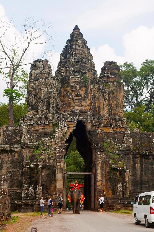 ANGKOR WAT, SIEM REAP, CAMBOJA, em outubro de 2016, visitantes na porta sul a Angkor Thom foto de stock royalty free