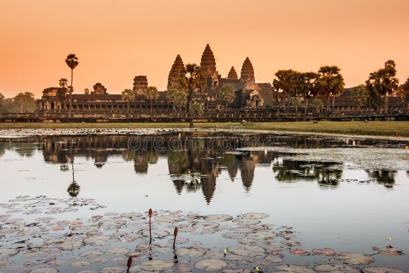 Angkor Wat tempel på soluppgång arkivbilder