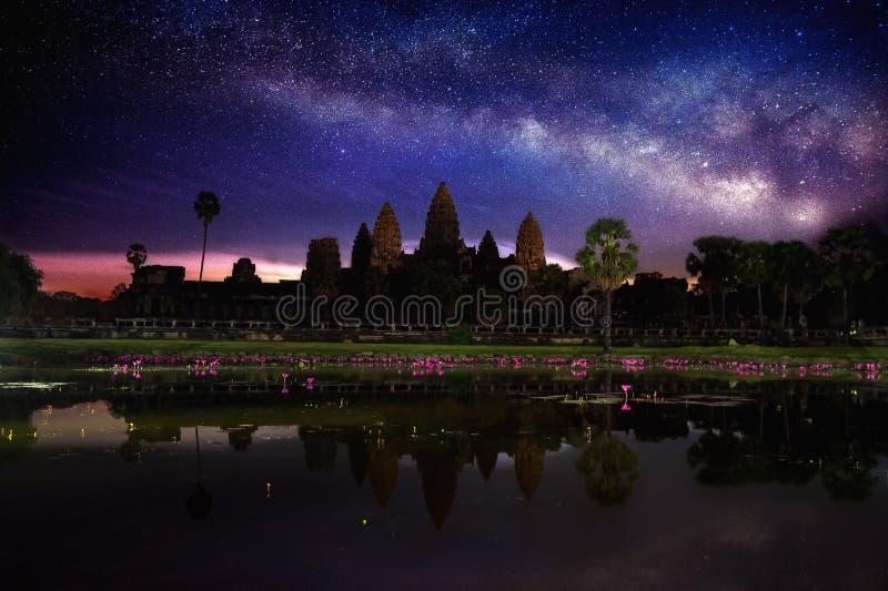 Angkor Wat Temple med Vintergatan och stjärna på natten royaltyfri foto