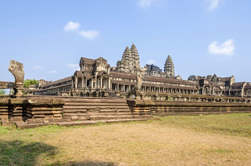 Angkor Wat zoals die van de kant wordt bekeken stock afbeelding