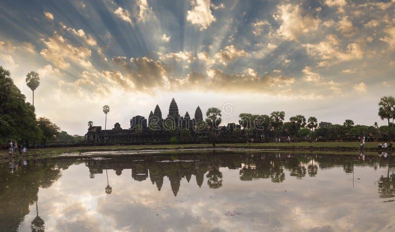 Angkor watt på soluppgång Cambodja arkivbilder