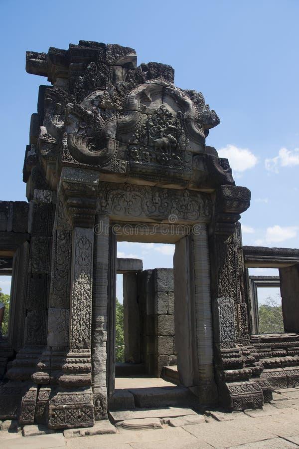 Angkor watt - tempel för Ta Prohm fördärva väggar av en khmerstaden av Angkor Wat - statlig monument arkivfoto