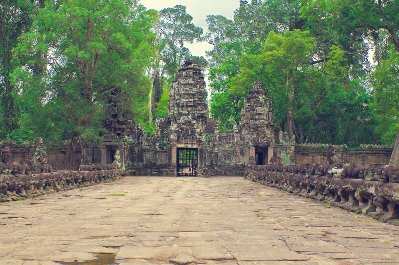 angkor wejściowy ścieżki som kamienia ta świątyni wat zdjęcie stock