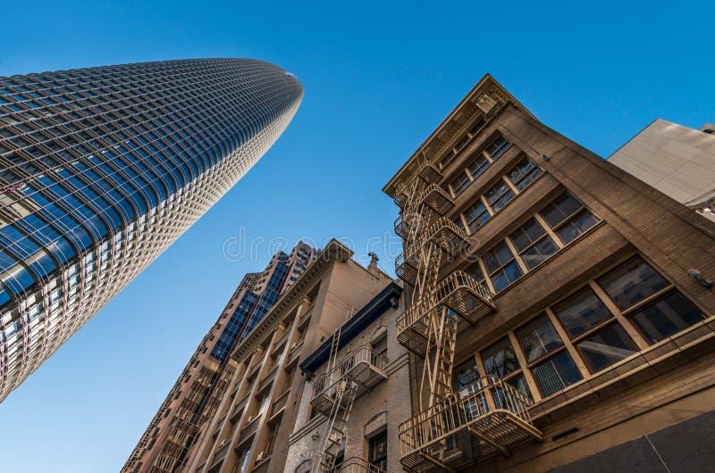 Angle dramatique des bâtiments modernes et vieux à San Francisco photographie stock