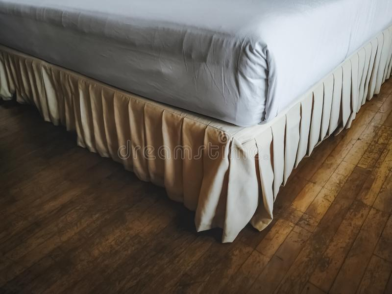 Angle du lit sur le plancher en bois images libres de droits