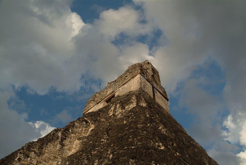 Angle excessif sur le temple et le ciel maya image stock