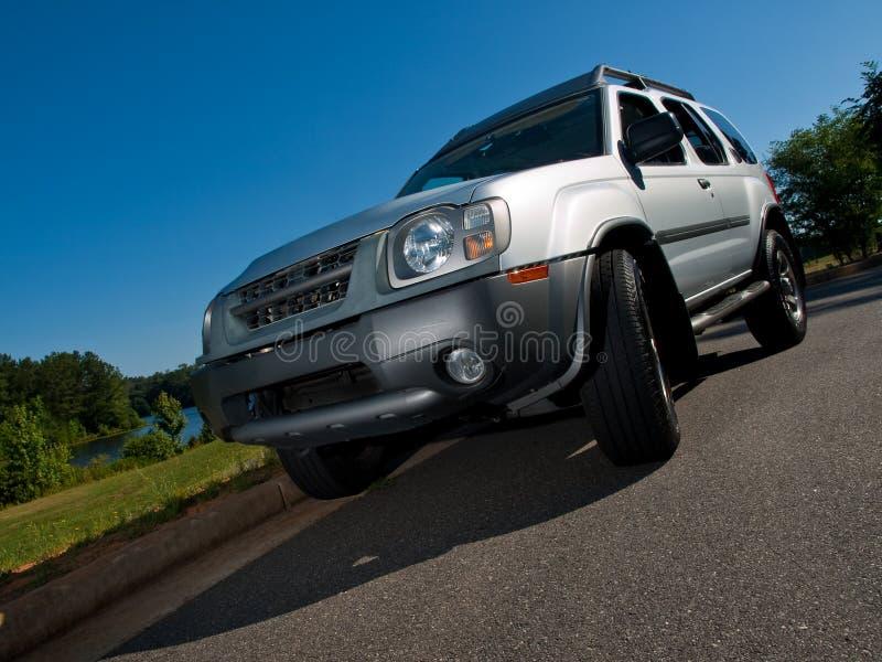 Angle faible de véhicule utilitaire sportif argenté photographie stock