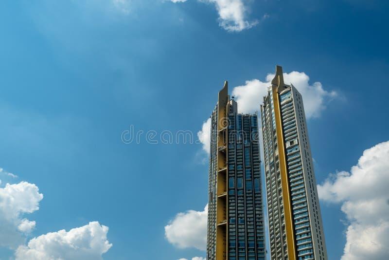 Angle faible du bâtiment deux résidentiel de luxe sur le fond nuageux de ciel bleu images libres de droits