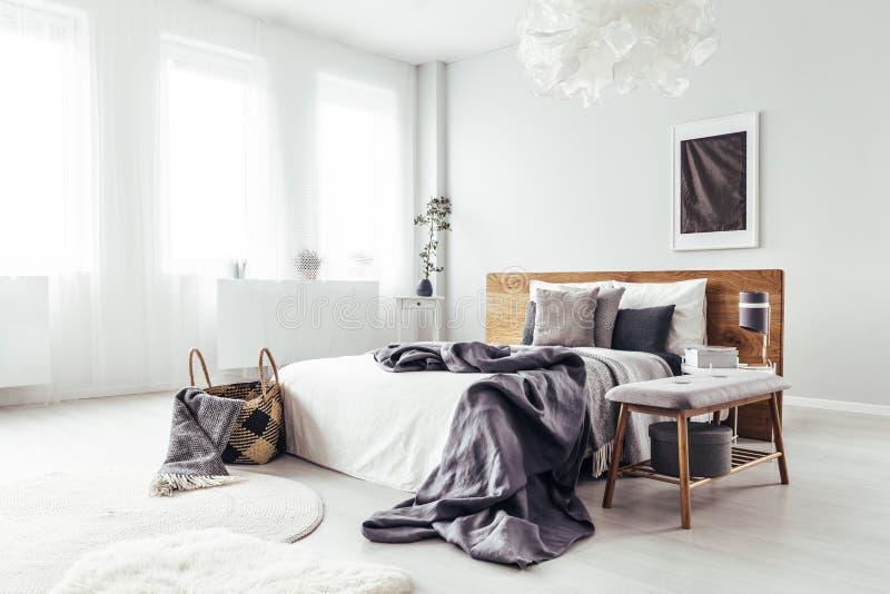 Angle latéral de chambre à coucher lumineuse images stock