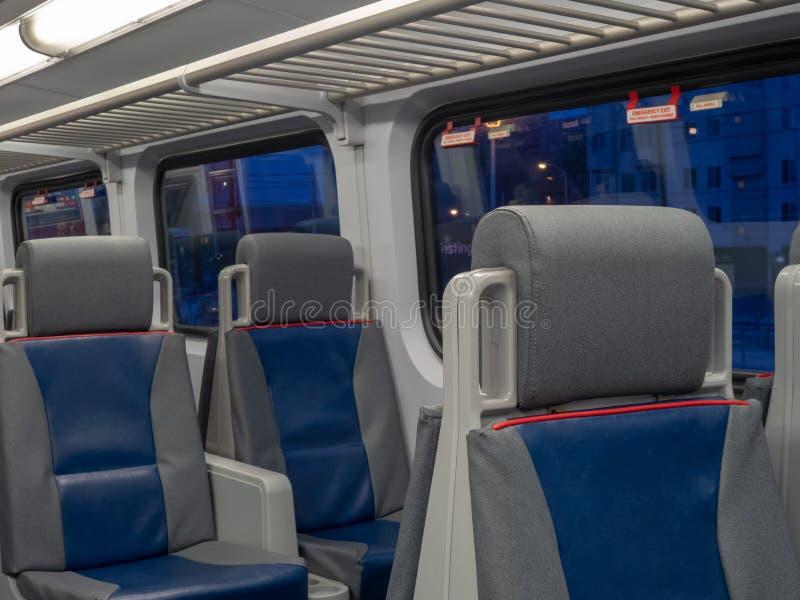 Angled взгляд мест на поезде на часах сумрака стоковая фотография