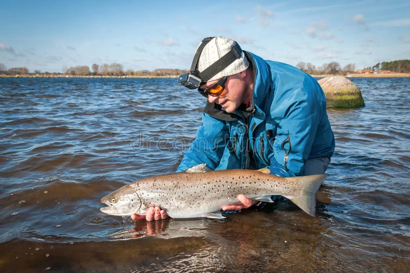 Angler che rilascia il pesce immagini stock libere da diritti