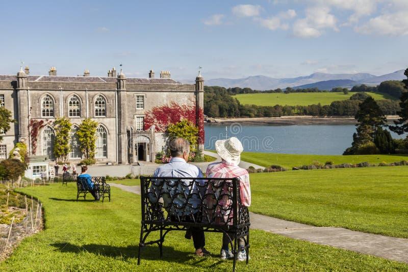 Anglesey, Ουαλία UK 8 Σεπτεμβρίου 2015 Συνταξιούχο ζεύγος που απολαμβάνει τη θέα στο εξοχικό σπίτι και τους κήπους Plas Newydd στοκ φωτογραφία