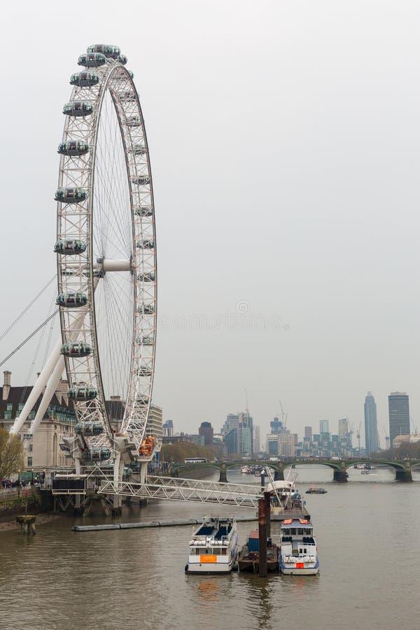 Anglia Londyn, Kwiecień 17 i turystyczna łódź -, 2019 London Eye z miasto widokiem obrazy stock