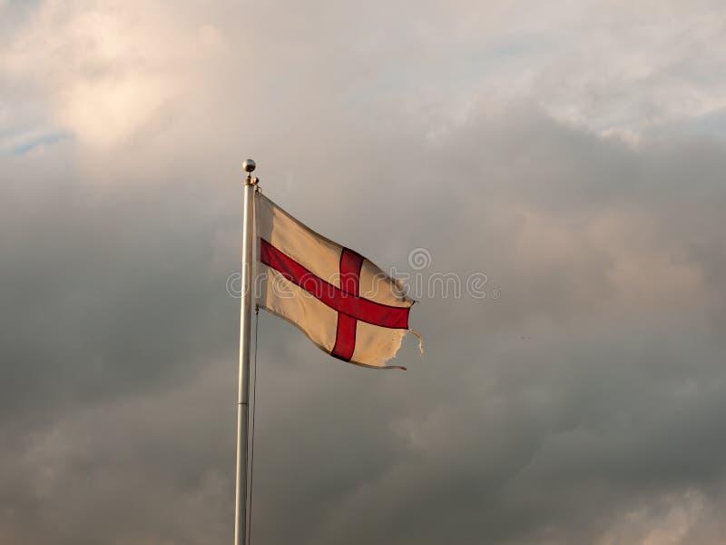 Anglia zaznacza latanie z chmurnymi dramatycznymi niebami podczas zmierzchu obraz royalty free