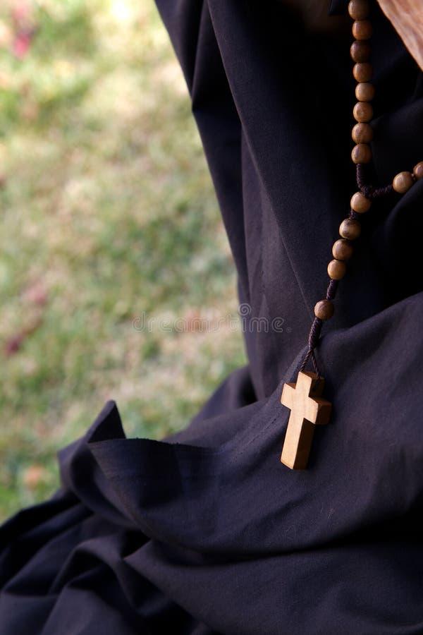 Anglican różaniec na czarnej tkaninie obrazy stock