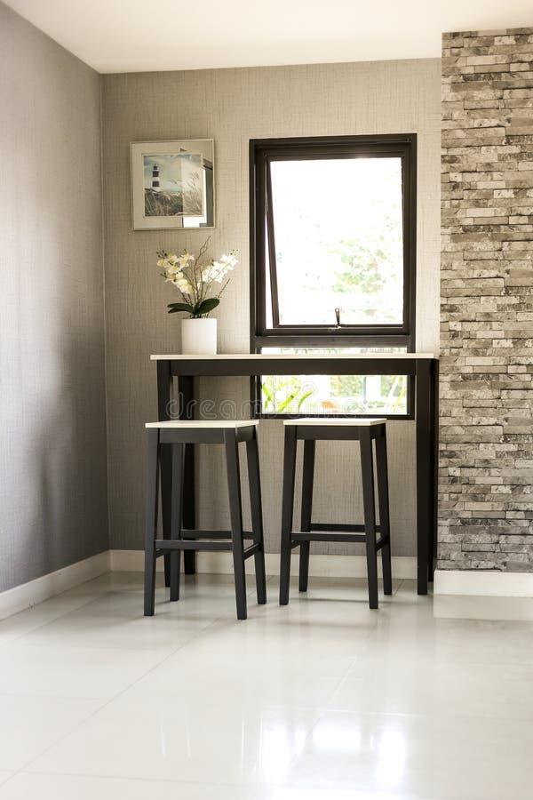 Angolo del salone con la sedia e il windown fotografie stock