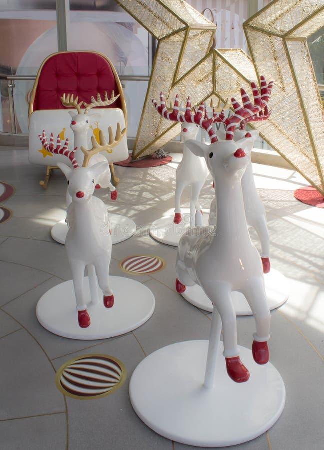 Angolo dell'automobile del ` s di Santa con un'ampia renna di 5 rossi nel grande magazzino fotografia stock