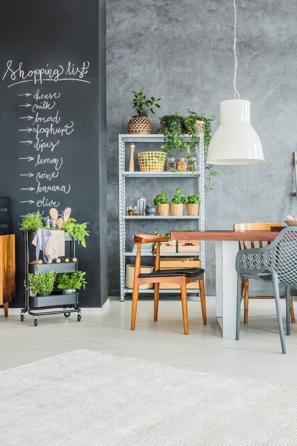 Angolo della cucina con le erbe fresche fotografia stock