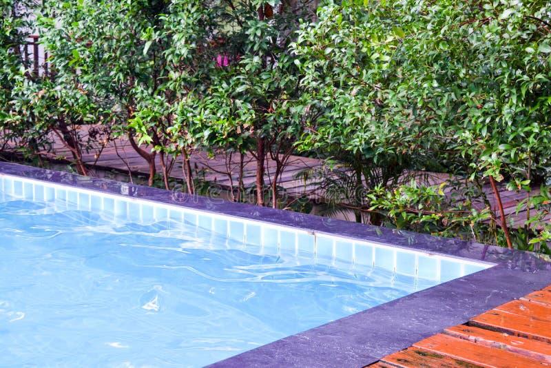 Angolo della piscina dell'hotel immagini stock libere da diritti