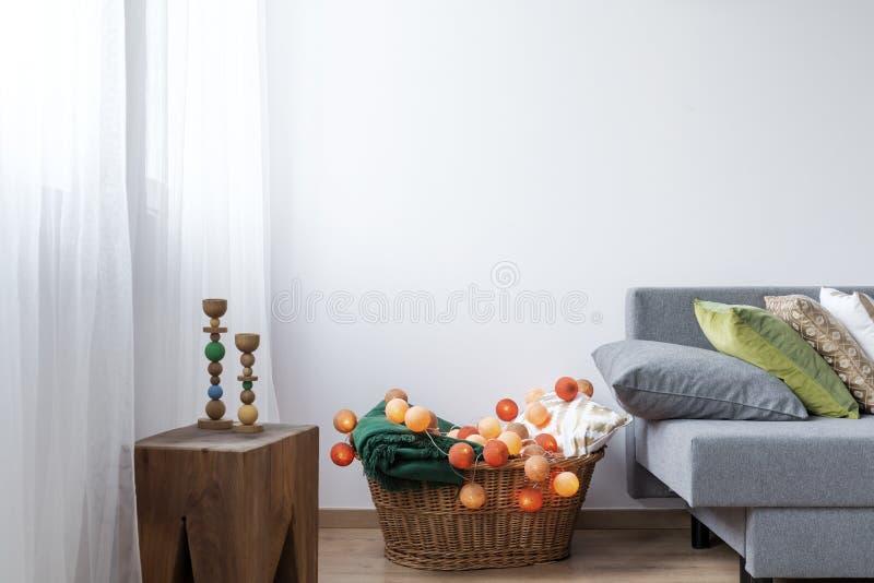 Angolo della stanza con il canestro di vimini fotografia stock libera da diritti