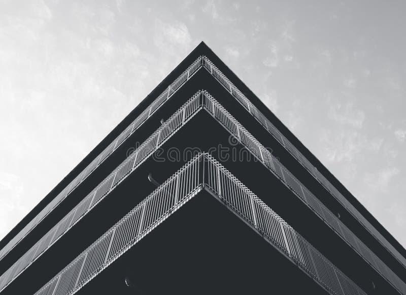 Angolo di costruzione moderno della facciata del dettaglio di architettura in bianco e nero fotografie stock