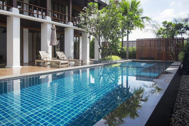 Angolo di rilassamento della casa Terrazzo e piscina in fotografia stock