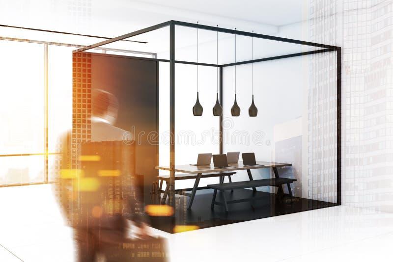 Angolo di ufficio bianco e nero, tavola lunga, uomo fotografia stock libera da diritti