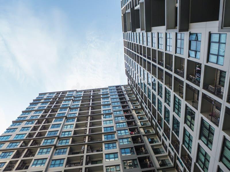 Angolo di Uprisen - costruzione nella città sul fondo del cielo blu fotografie stock libere da diritti