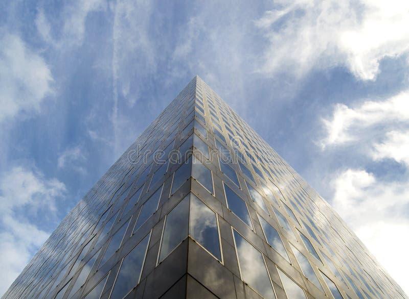 Angolo di vetro moderno dell'edificio per uffici fotografia stock