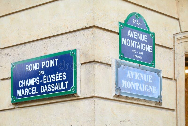 Angolo famoso e segnali stradali di Montaigne del viale e di Champs-Elysees a Parigi, Francia immagini stock