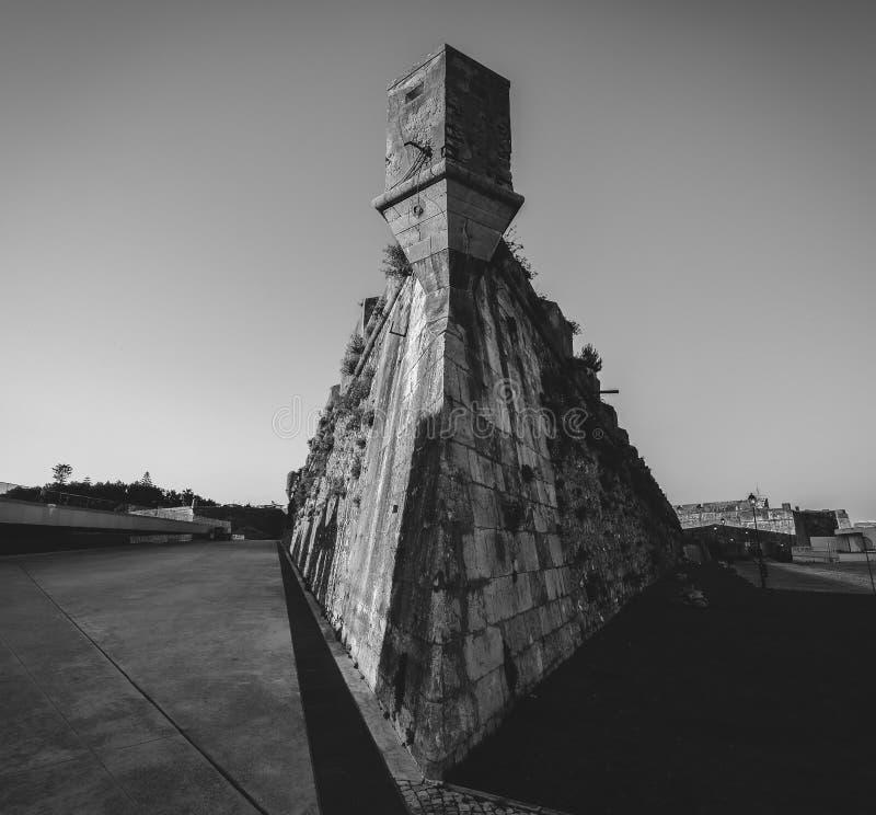Angolo grandangolare della torre alla cittadella di Cascais, fortezza in Cascais, Portogallo nel monocromio fotografie stock libere da diritti