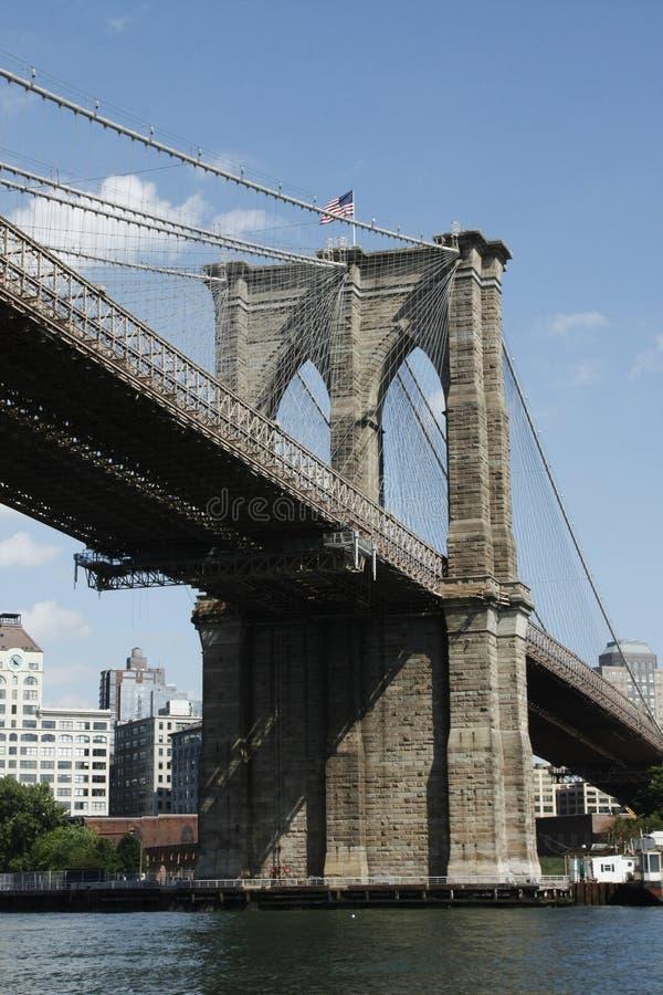 Angolo laterale a valle del ponte di Brooklyn immagini stock libere da diritti