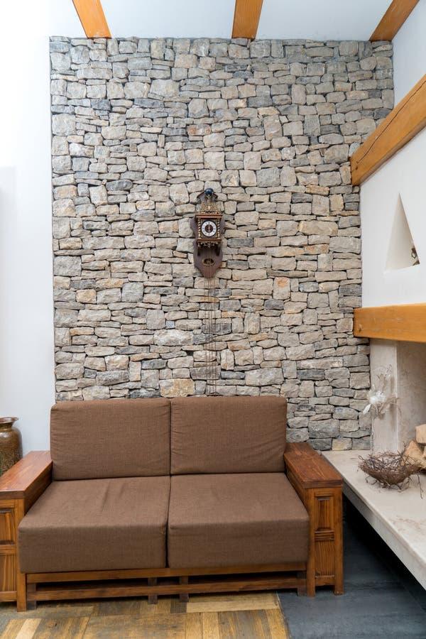 Angolo moderno di un salone con lo strato marrone immagine stock