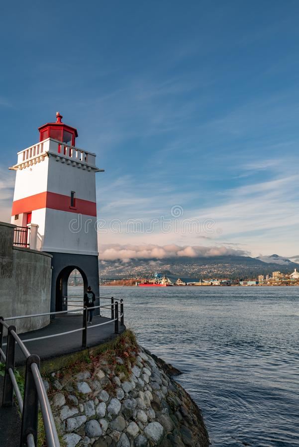Angolo verticale basso inquadrato nel faro di Seawall a Stanley Park, Vancouver fotografia stock libera da diritti